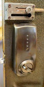 傳統鐵門換電子鎖